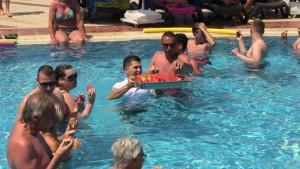 Bodrum-sıcak hava-havuzda turistler
