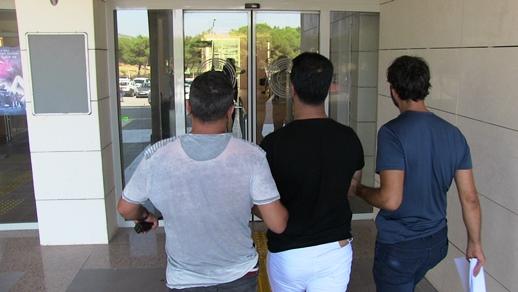 """ÜZERİNDEKİ KİMLİKTE """"ARANIYOR"""" ÇIKINCA YAKALANDI"""