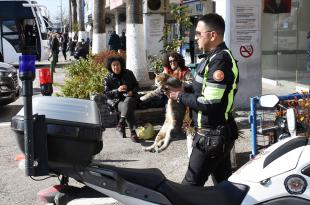 YARALI KEDİYE POLİS ŞEFKATİ